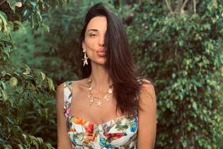 В бикини-бандо с флористическим принтом: Кристина Шишпор релаксирует в бассейне