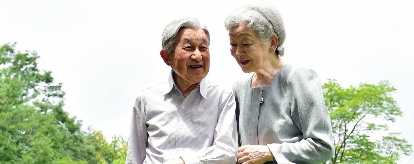 С улыбкой и за руку: почетные император и императрица Японии на прогулке