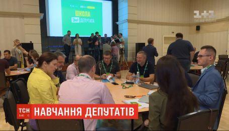 """Депутаты от """"Слуги народа"""" поехали на учебу в Трускавец"""