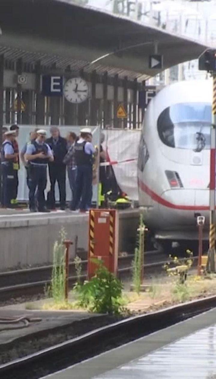 На залізничному вокзалі у Франкфурті чоловік штовхнув під потяг жінку з 8-річним хлопчиком