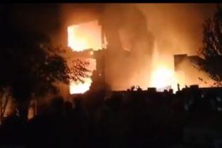 В Пакистане военный самолет упал возле торгового центра: погибли 12 человек