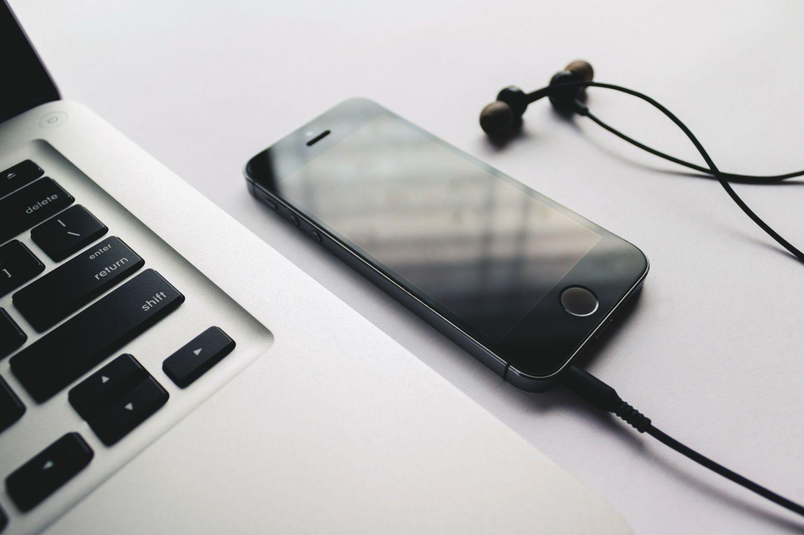телефон, ноутбук, наушники, слушать