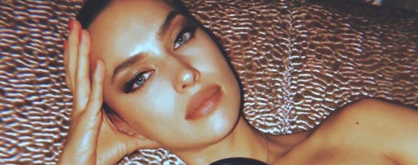 Прикриваючи груди сумками: Ірина Шейк поділилася пікантними знімками