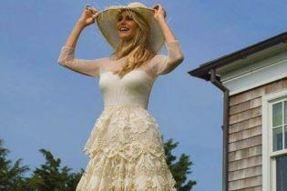 У молочній сукні з мереживом і босоніж: романтичний образ 65-річної Крісті Брінклі