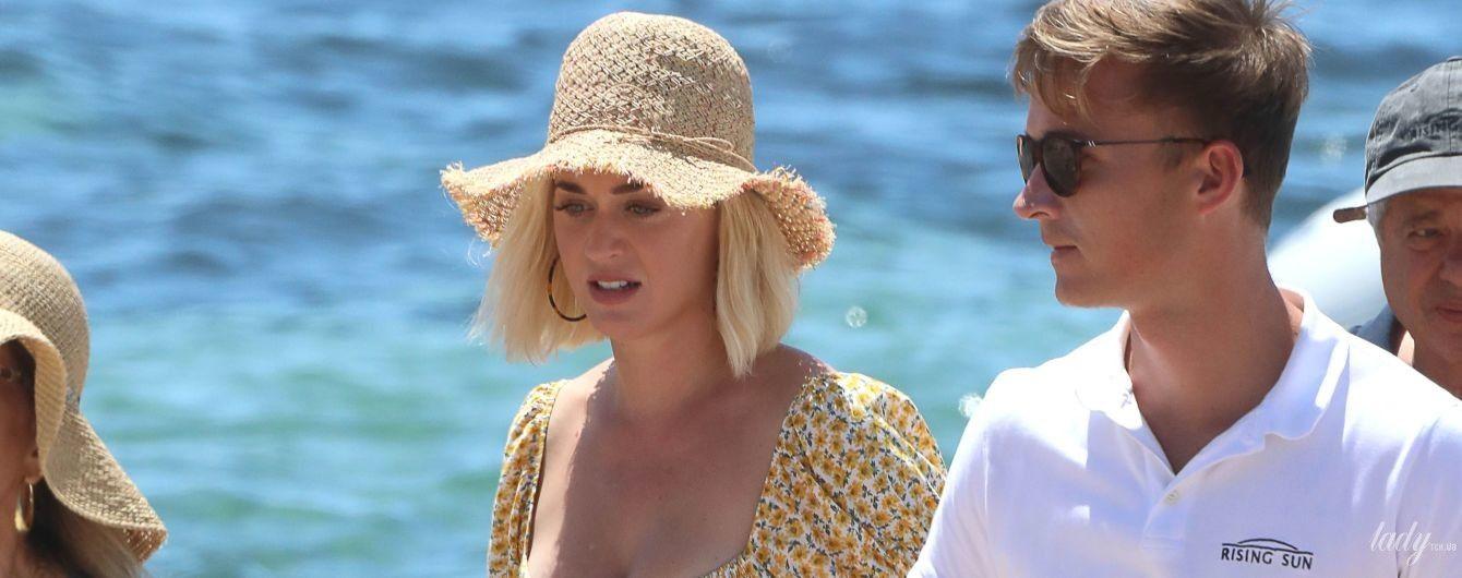 В комбинезоне с цветочным принтом и соломенной шляпе: Кэти Перри отдыхает на Ибице