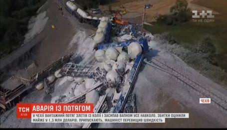 У Чехії із колії злетів вантажний потяг