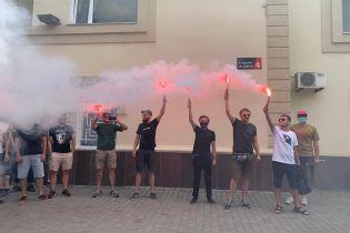 Годовщина нападения на Гандзюк: активисты устроили акции под полицией, облсоветом и домами заказчиков