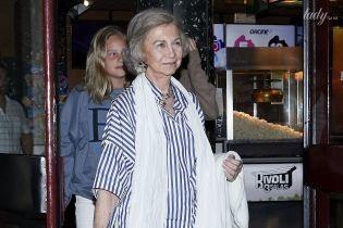 Уже на отдыхе: испанская королева София в летнем аутфите сходила в кино