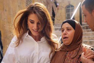 Битва стильных образов королевы Иордании Рании: белая блузка с корсетом vs плиссированная юбка