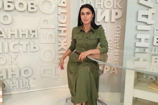 В платье цвета хаки и красных туфлях: стильный образ Людмилы Барбир