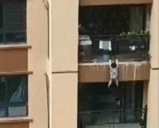 У Китаї випадкові свідки врятували малюка, який зірвався з балкону 6-го поверху