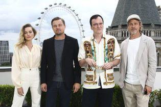 """Марго Робби в стильном белом, а Тарантино – забавной рубашке: звезды на фотоколле фильма """"Однажды в Голливуде"""""""
