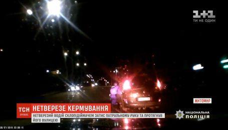 П'яний водій у Житомирі затис склопідіймачем руку патрульному та протягнув його вулицею