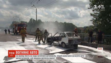 Огонь из-под капота: во Львове во время движения загорелся автомобиль