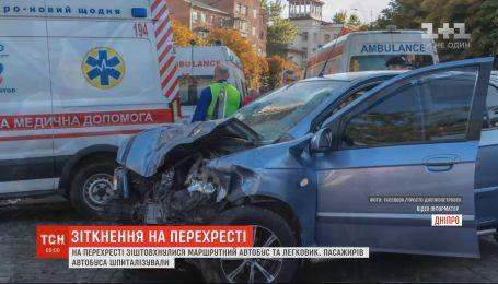 Масштабна аварія у Дніпрі: на перехресті автобус зіткнувся із легковиком