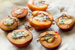 Персики и сливы на гриле с сыром дорблю
