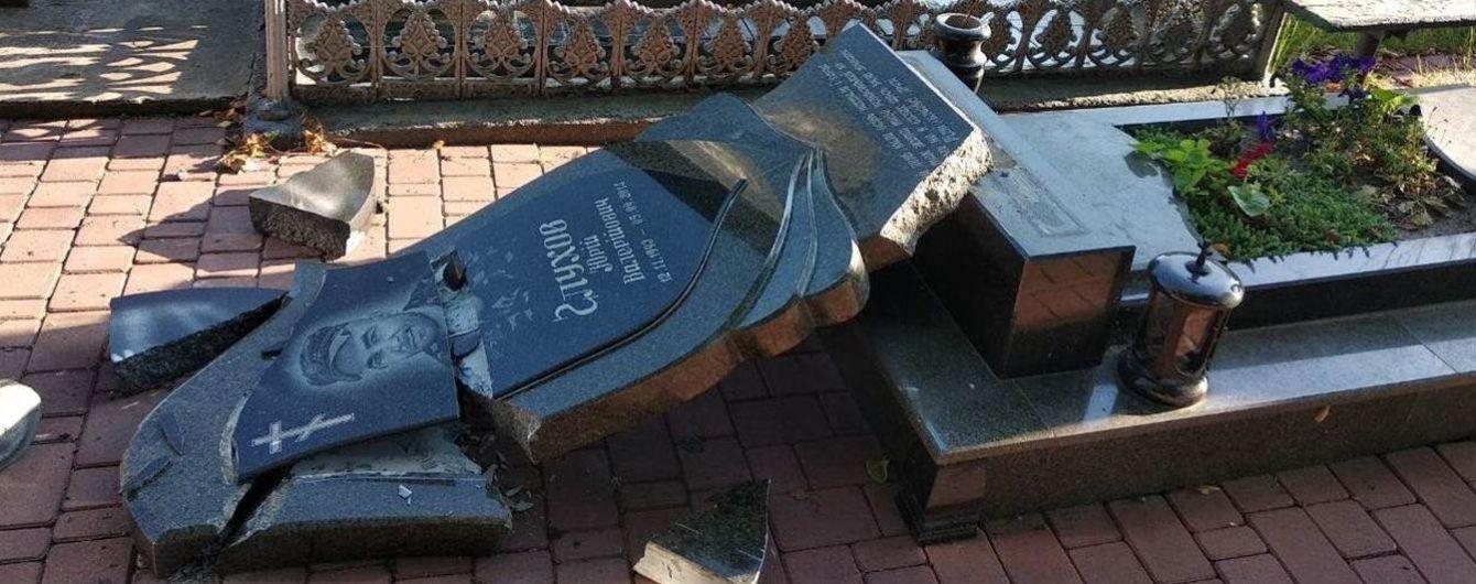 Вандалы разрушили памятники на могилах бойцов АТО на Житомирщине