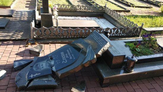 Вандали зруйнували пам'ятники на могилах бійців АТО на Житомирщині