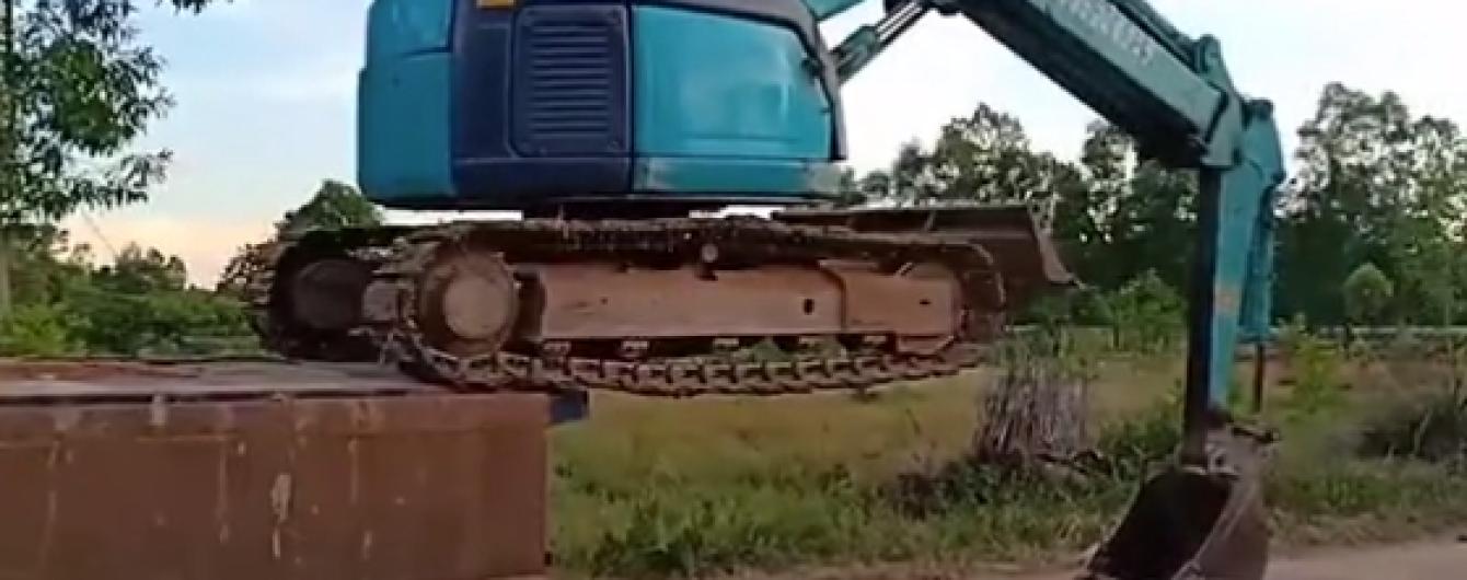 Видео опасной самопогрузки экскаватора на грузовик поразило Сеть