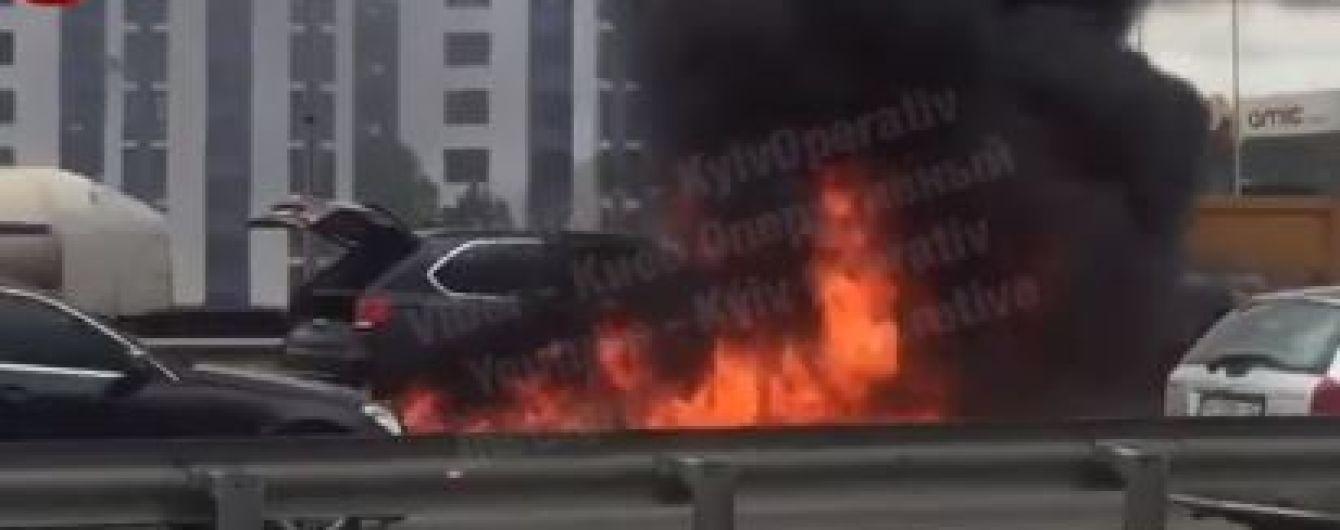 В Киеве на трассе дотла сгорела элитная BMWX5