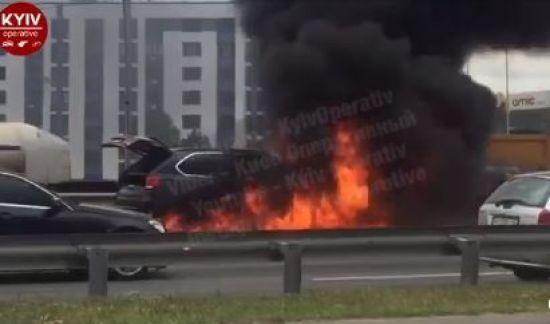 У Києві на трасі вщент згоріла елітна BMWX5