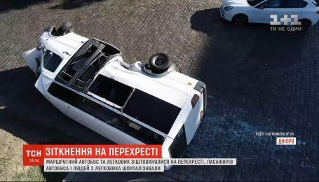 В Днепре 13 человек пострадали в результате столкновения легковушки и микроавтобуса