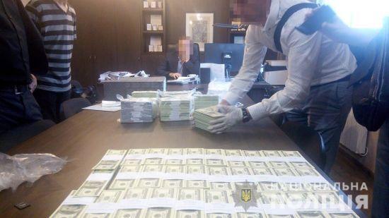 Топчиновників державних установи та компанії затримали на хабарі в 1,5 мільйона доларів