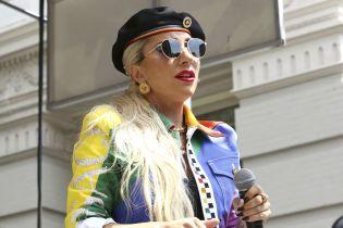 Леди Гага топлесс засветила свои ягодицы в постели