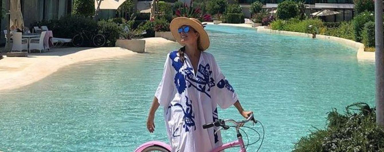 В платье с принтом и на розовом велосипеде: Катя Осадчая опубликовала красочный снимок с отдыха