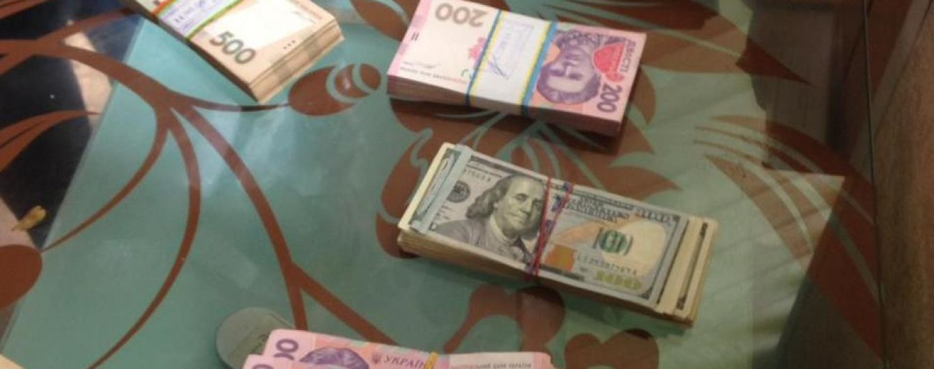 """Чиновники Киевщины присвоили 70 миллионов долларов, а """"черную бухгалтерию"""" прятали в погребе"""