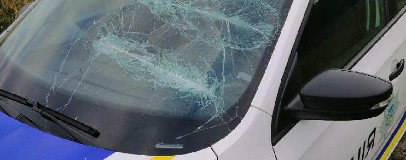 На Київщині колишні коханці напали на поліцейських зі сльозогінним газом і потрощили їм авто