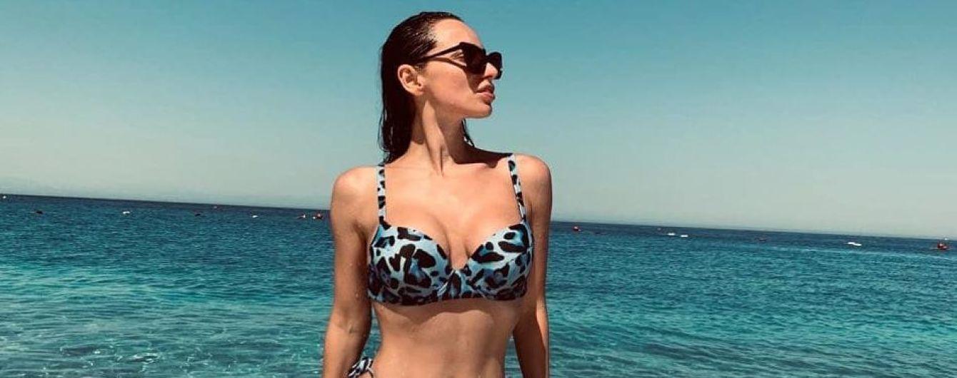 Снова на пляже: Кристина Шишпор в стильном бикини похвасталась сексуальной фигурой