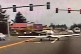 Водій зняв, як літак здійснив екстрену посадку на вулиці в Америці