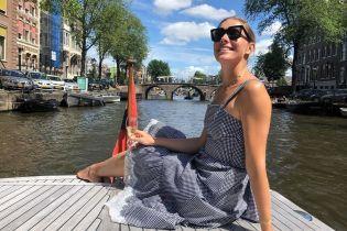 Улыбающаяся Катя Осадчая в ярком купальнике похвасталась стройной фигурой