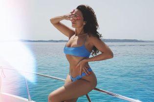 Выглядит сексуально: Настя Каменских в голубом бикини соблазнительно позировала на яхте