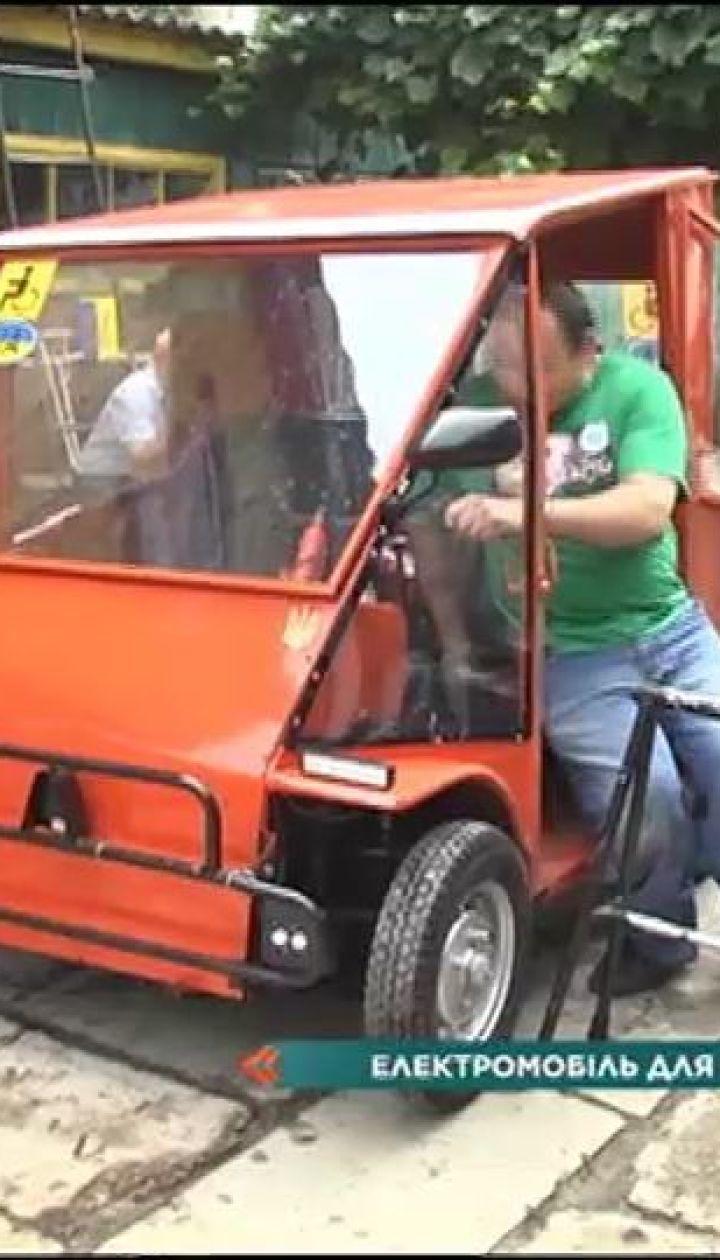 Батько хлопця з інвалідністю своїми руками зібрав двомісну машину