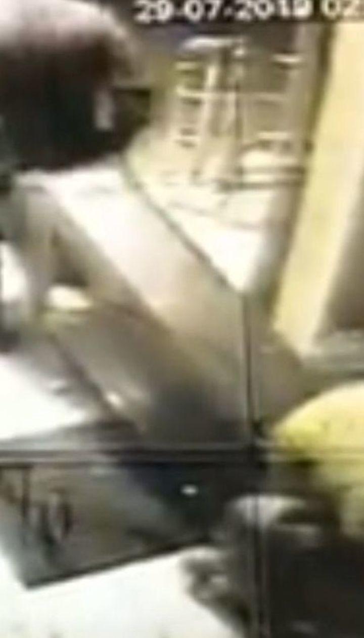 Троє крадіїв виламали двері супермаркета і намагалися витягти термінал з грошима на Київщині
