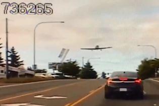 В Вашингтоне самолет виртуозно приземлился на трассу с оживленным движением