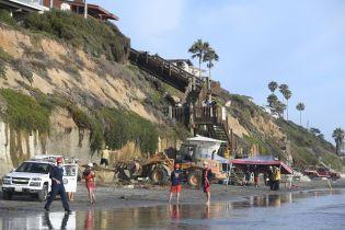 В США на пляже скала обрушилась на отдыхающих. Есть погибшие