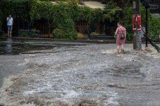 Затопленные улицы, оползни, заблокированное движение: на Одессу обрушился сильный ливень