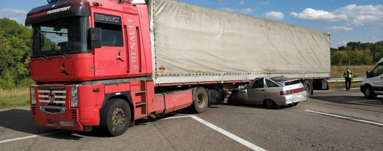 На Харьковщине легковушка на скорости влетел в грузовик: трое погибших