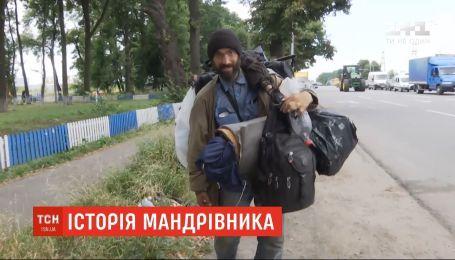 Путешественник хочет пешком добраться к морю, а пока расположился на трассе у Винницы