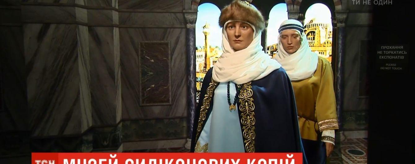 Силиконовые княгиня Ольга и Кузьма Скрябин: в Киеве открылась необычная выставка