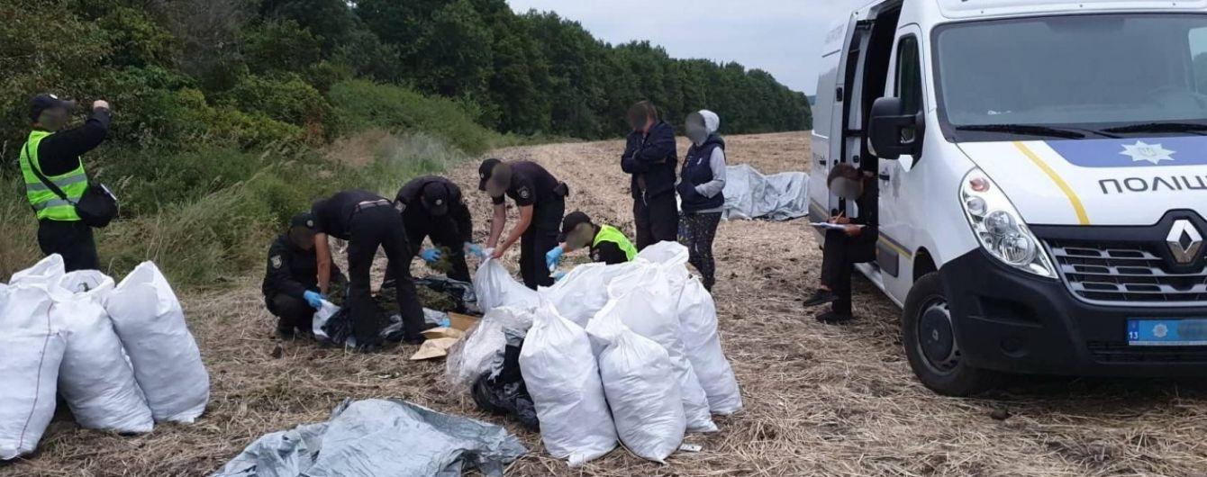 Поліцейські виявили у лісосмузі на Луганщині мішки зі 150 кілограмами марихуани