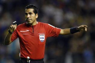 Обман года. В Боливии футбольный арбитр вытворил странный фокус с системой VAR