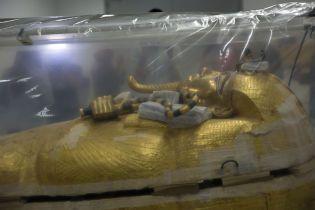 Египетские музейщики показали, как работают над первой в истории реставрацией саркофага Тутанхамона