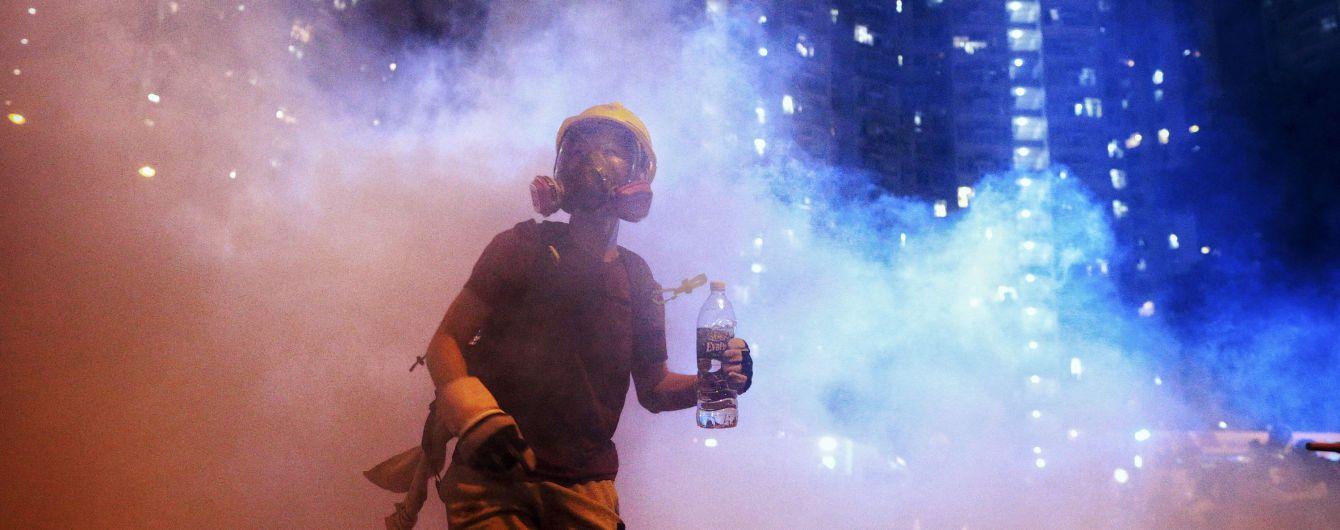 Китай стягнув військову техніку та людей впритул до охопленого протестами Гонконгу – фото з супутника