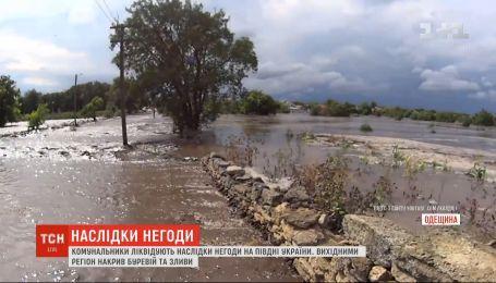 Коммунальщики ликвидируют последствия стихии на юге Украины