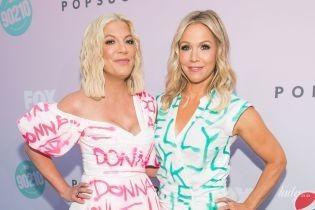 В похожих платьях и туфлях-лодочках: Тори Спеллинг и Дженни Гарн блистали на розовой дорожке