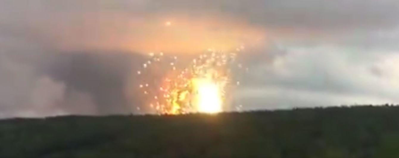 Зруйновані будинки та вирви у асфальті. У Мережі показали наслідки вибухів на військових складах у Росії